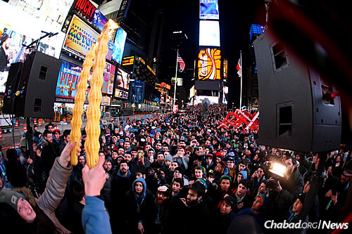 The Havdalah ceremony and celebration in Times Square 2014 (Photo: Bentzi Sasson)