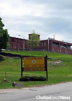 The medium-security Woodbourne Correctional Facility in New York, where Rabbi Sholom Tenenbaum and Rabbi Yechezkel Posner read the Megillah last year. (Photo: Wikimedia Commons)