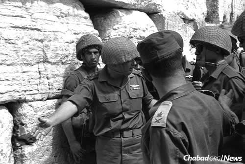 IDF Chief of Staff Yitzchak Rabin, left, invites Israel Defense Minister Moshe Dayan, right, to approach the Western Wall on the day of its liberation, June 7, 1967. (Photo: Ilan Bruner/Israel Government Press Office)