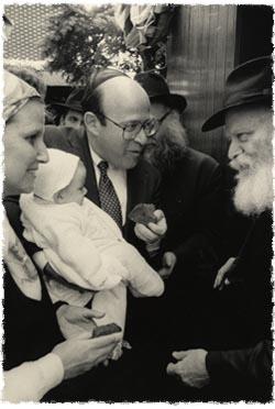 Mon mari et moi amenons Becky nouveau-née chez le Rabbi.