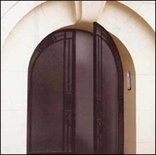 Puerta con la mezuzá a la izquierda