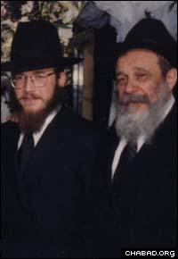 Rabbi Zalman Posner (left) together with grandson Rabbi Yossi Deren