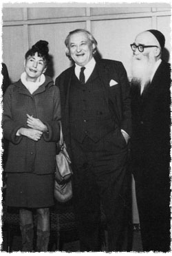 Lipchitz (center), his wife Yulla and Chassidic artist Hendel Lieberman at the Chassidic Art Exhibition in Detroit, Michigan