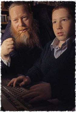 יוסף יצחק קייזן (משמאל) עם בנו מיכאל (מימין) עובדים יחדיו על אתר האינטרנט Chabad.org