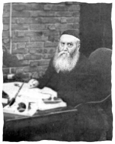 Rabbi Yossef Its'hak à sa table de travail