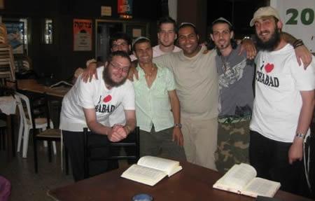 קבוצת מטיילים בבית חב''ד. משמאל: שמואל חיטריק