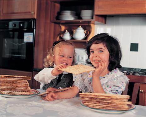 Children Sharing Matzah (credit: www.fjc.ru)