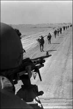 Israeli paratroopers marching along the Suez-Cairo road on the west bank. (Photo: Ron Ilan/GPO)