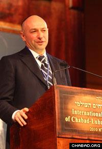 Ukraine philanthropist Gennady Bogolubov addresses the banquet.