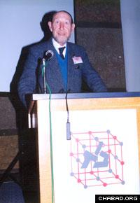 Professor Domb lectures at Bar Ilan University.