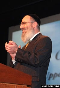 Rabbi Ben Tzion Krasnianski speaks at the annual auction benefiting Chabad of the Upper East Side.