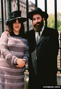 Rabbi Yehuda and Dinie Pink outside of Buckingham Palace
