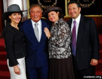 """Sami Rohr (2ème à gauche), pose avec (de gauche à droite) ses filles Evelyn Katz et Lilian Tabacinic, et son fils George, à la synagogue """"The Shul"""", à Surfside en Floride."""