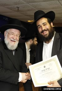 Former Israeli Chief Rabbi Yisrael Meir Lau handed graduates their ordination certificates.