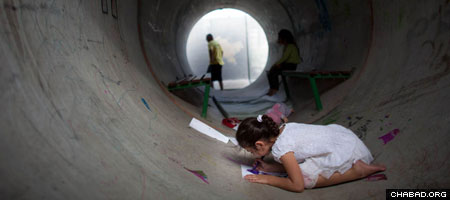 Makeshift bomb shelter in Nitzan, Israel (Photo: Uriel Sinai / Getty Images)