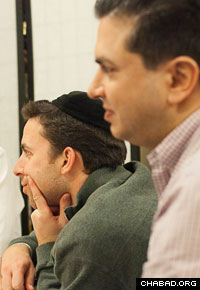 Attendees listen to a class on Chabad Chassidism at the Mayan Yisroel synagogue. (Photo: Alex Gorokhov)