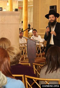 Rabbi Yosef Vigler delivers a lecture at the Mayan Yisroel synagogue in Brooklyn. (Photo: Alex Gorokhov)