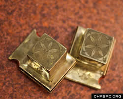 Solid gold tefillin boxes made in 18th-century Germany (Photo: Victor Moriyama/Folhapress)