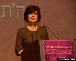 Louise Hager spoke at the gala banquet of her longstanding relationship with Rebbetzin Chaya Mushka Schneerson.