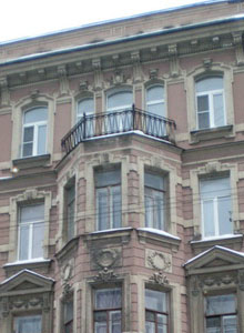 Detail: The façade of R. Shmuel Michel Trainin's home, 48 Rizhsky Prospekt (Рижский пр., 48)