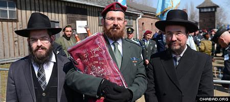 Rabbi Eliezer Gurary, left, led the Chabad-Lubavitch effort. (Photo: Israel Bardugo)