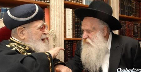 Le Rav Ovadia Yossef, à gauche, avec le Rav Mordekhai Ashkenazi (Photo: Meir Dahan)