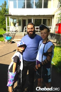 Rabbi Yehoshua Soudakoff with deaf Jewish campers last summer in Moscow.