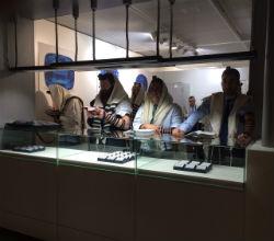 הרב וישצקי בתפילת שחרית ב''באזל וורלד'', תערוכת תכשיטים שנערכת בעיר