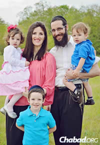 Rav Arieh et Dvorah Lea Raichman et trois de leurs quatre enfants