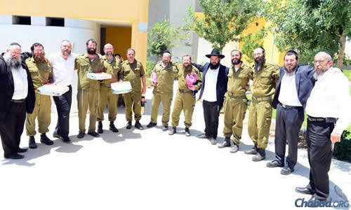 The rabbis brought pizzas to Israeli Defence Force reservists with certain dietary restrictions beyond the kosher standards of the army. (Photo: Meir Alfasi)