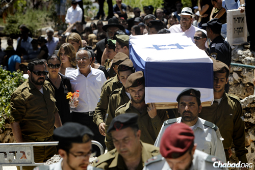 Relatives and friends mourning at the funeral of Max Steinberg, a Golani brigade sharpshooter. Thousands came to his funeral on Mt Herzl, in Jerusalem, on July 23, 2014. (Photo: Miriam Alster/FLASH90)