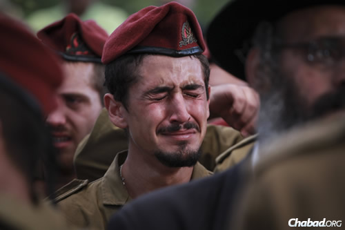 An IDF paratrooper at the funeral ceremony of Sgt. Benaya Rubel, at the Holon Military Cemetery. (Photo: Hadas Parush/Flash90)