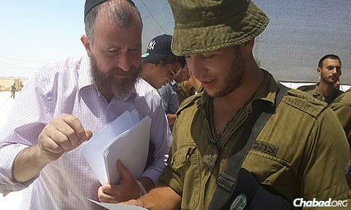 Rabbi Yossi Swerdlov of Chabad Terror Victims Project shares a letter with an IDF soldier. (Photo: CTVP)