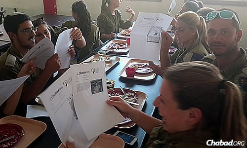 IDF troops were moved and delighted by the letters they received, along with news of mitzvot done to support them. (Photo: CTVP)