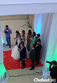 The wedding party under the chupah. Rabbi Kaminezki personally officiates at all community weddings.