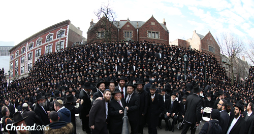 With the help of local photographer Chaim Perl, and using Twitter and WhatsApp to coordinate, they gathered before the main shot to take a massive group selfie.