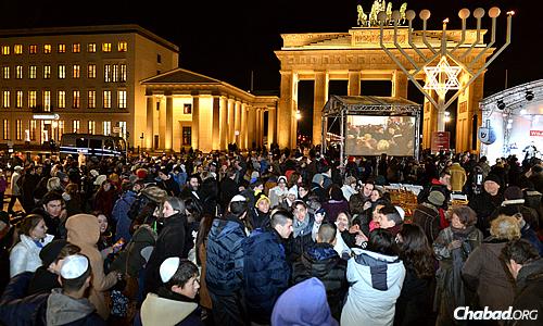 Thousands attended the menorah lighting at Brandenburg Gate in Berlin, despite near-freezing temperatures. (Photo: David Osipov)