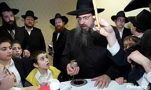 Rabbi Daniel Moscowitz, regional director of Lubavitch Chabad of Illinois, leading a Havdalah ceremony. The rabbi passed away last year at the age of 59. Beginning this week, events throughout Illinois will mark his first yahrtzeit.