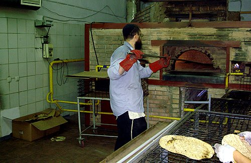 Baking matzahs … those who work the ovens need great skill, as in the other production processes, and are particularly careful around such extreme heat.