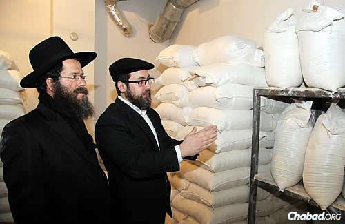 Ashkenazi reviews the bags of shmurah flour. (Photo: DJC.com.ua)