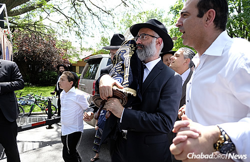 Hundreds from across the Chicago Jewish community marched down the streets to accompany the Torah to its new home in the ark of a neighborhood Sephardic synagogue. (Photo: Deja Views)