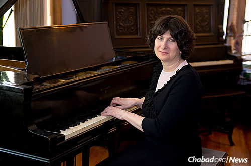 """Pianist Shoshana Michel, of the Crown Heights neighborhood in Brookly, N.Y., is marketing her first CD, """"Soul Whispers,"""" a compilation of traditional Jewish religious melodies known as ''nigunim.''"""