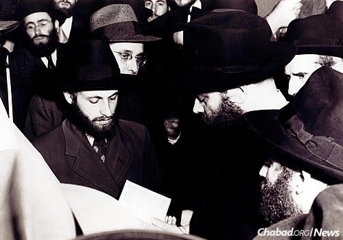 The Rebbe officiates at the chuppah of Rabbi Herschel and Sara Esther Feigelstock.