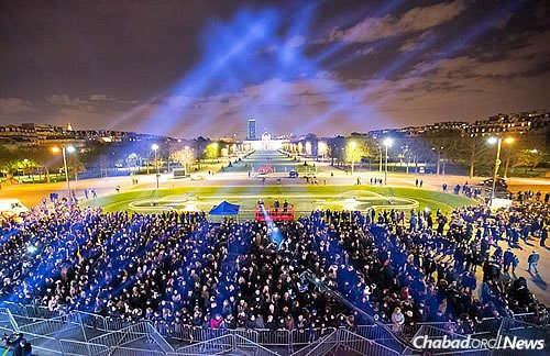 Thousands came out in full force to attend the lighting of the giant menorah, one of more than 30 different public menorah-lighting celebrations taking place across Paris and in about 100 nearby towns. (Photo: Thierry Guez)