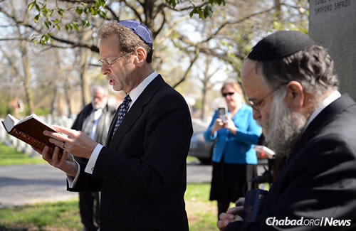 Cantor Howard Shalowitz recites prayers at the burial service. (Photo: Chris J. Cross)