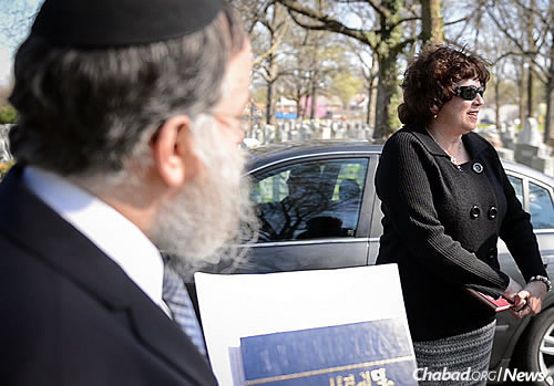 Missouri resident Debra Cordy, shown with Rabbi Landa, discovered the remains in a small envelope at her parents' home in New York state. (Photo: Chris J. Cross)