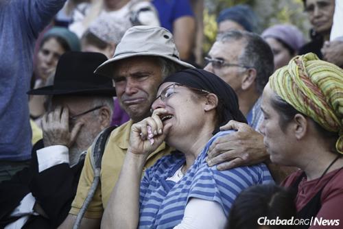 עמיחי ורינה אריאל בהלוויה של בתם ה' יקום דמה. (צילום: יונתן זינדל, פלאש 90)