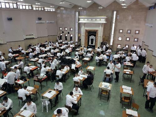 תלמידים לומדים בישיבה המרכזית בכפר חב''ד