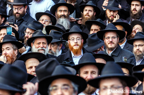 Alperowitz, center, in the group photo taken annually of thousands of rabbis who attend the annual Kinus. (Photo: Eliyahu Parypa/Chabad.org)