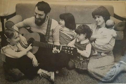 El autor y su familia en 1977, al año de regresar a Buffalo después de pasar una temporada en la ieshivá de Morristown.